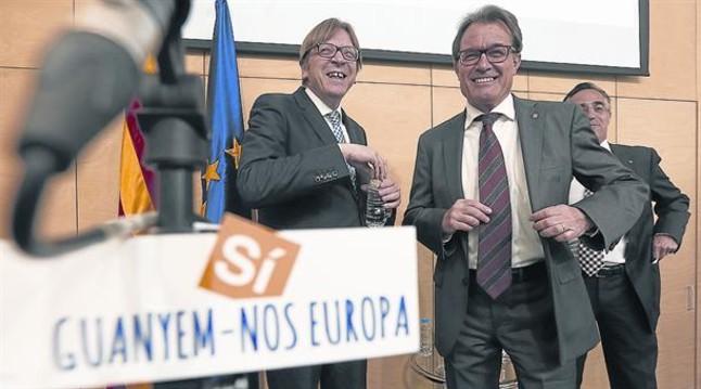 guy-verhofstadt-junto-artur-mas-tras-ellos-ramon-tremosa-ayer-fundacion-convergencia-1400097960654.jpg